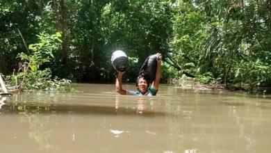 Photo of #Brasil: Professores atravessam igarapé com água no pescoço para levar educação aos alunos indígenas em Roraima