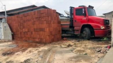 Photo of #Brasil: Motorista descarrega 5,5 mil tijolos com ajudante e deixa caminhão 'preso' em lote; veja o vídeo