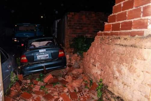 Muro cai devido o temporal que atingiu a cidade chapadeira   FOTO: Reprodução/Rádio Rio de Contas FM  