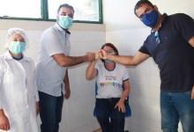 Photo of #Chapada: Técnica de enfermagem de 53 anos é a primeira vacinada contra a covid em Piatã; prefeito acompanha ato