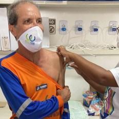 Primeiro dia de vacinação para trabalhadores de limpeza urbana em Salvador | FOTO: Divulgação |
