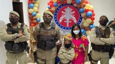 Photo of #Bahia: Criança recebe policiais e celebra o aniversário de 8 anos com tema PM em Feira de Santana