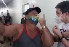"""Photo of #Vídeo: Durante vacinação, apoiador bolsonarista confronta senador Randolfe, que rebate; """"Genocida"""""""