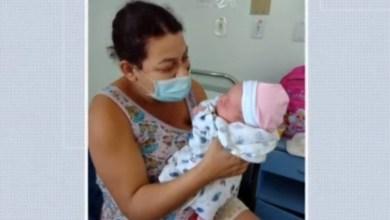 Photo of Mulher tem bebê na porta de hospital na BA após demora no atendimento: 'Se eu não segurasse, a criança caía', diz pai