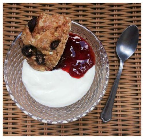 iogurte-natural-geleia-de-morango-com-vinho-do-porto-e-cookie-de-chocolate