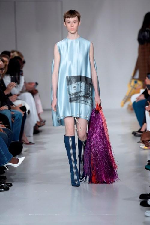 Fundação Andy Warhol para Artes Visuais e Calvin Klein NYFW vestido azulclaro bota azul marinho longa