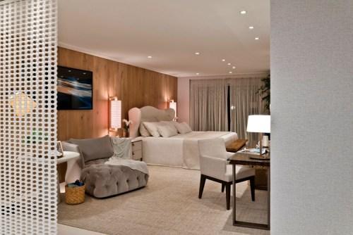 poltrona cinza botonê capitonê, cama branca com cabeceira, quarto decoração, parede elemento vazado