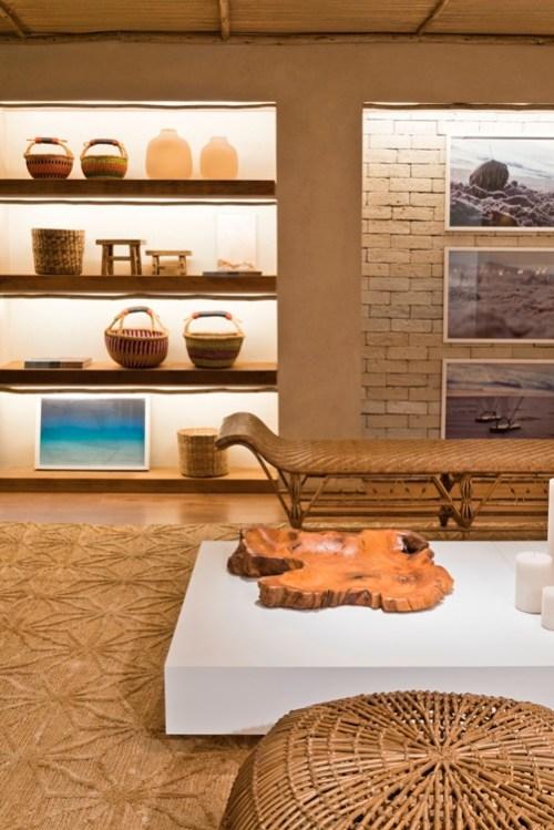 detalhe sala de estar paleta de cor neutra, prateleira com led e madeira