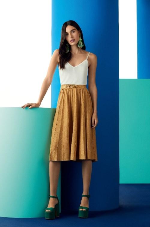 saia dourada plissada jacquard tricô leve com regata branca e maxi brinco verde - look ellen milgrau cea gig