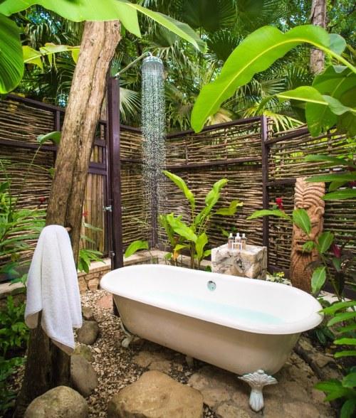 banheira vitoriana em jardim e ducha tropical rain hotel de luxo golden eye