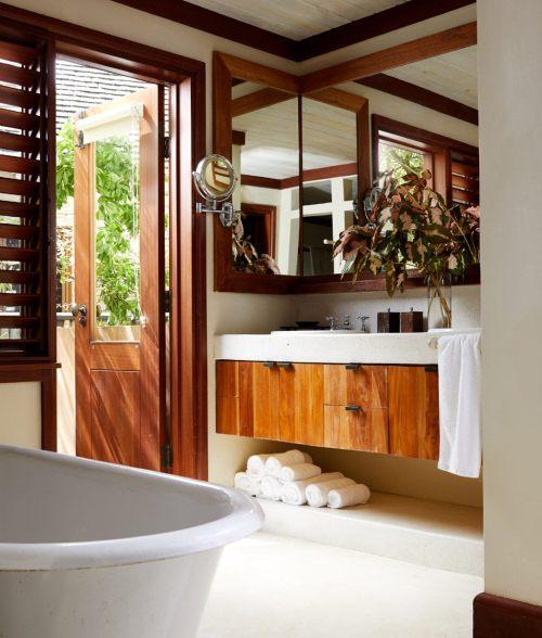 banheiro branco e em madeira, com banheira vitoriana e persiana jamaica golden eye turismo spa
