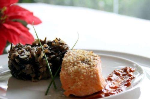 receita salmão com crosta de quinoa e risoto de arroz negro