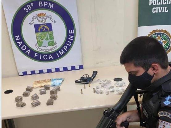 POLICIAIS DO 38ºBPM PRENDEM DUPLA COM ARMA E DROGAS NO BAIRRO CANTAGALO EM TRÊS RIOS