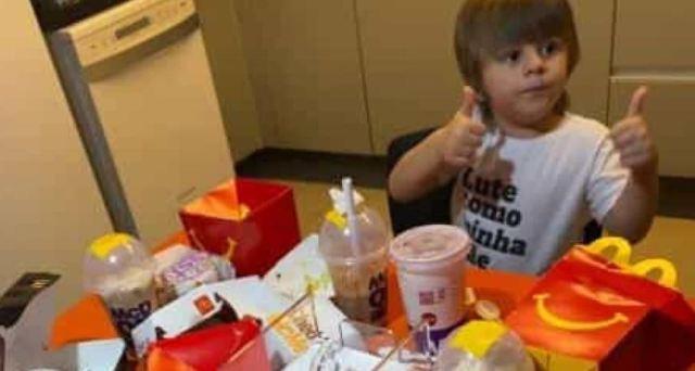 Criança de três anos pega celular da mãe e gasta R$ 400 no McDonald's