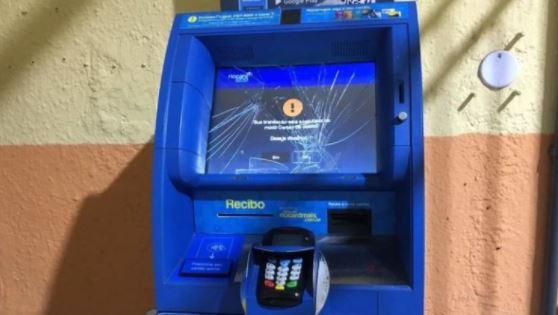 Máquina para recarga de cartão de ônibus é vandalizada no Terminal Centro