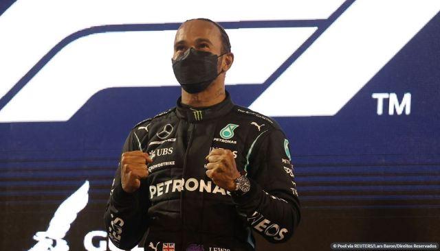 Ultrapassado na largada, Hamilton muda a estratégia e vence 5ª seguida na Espanha