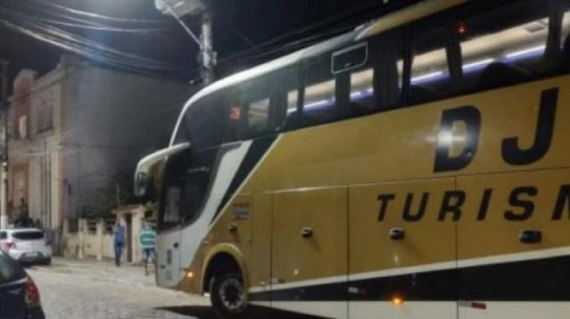 Criminosos sequestram ônibus de turismo de Cabo Frio e roubam passageiros em Saquarema