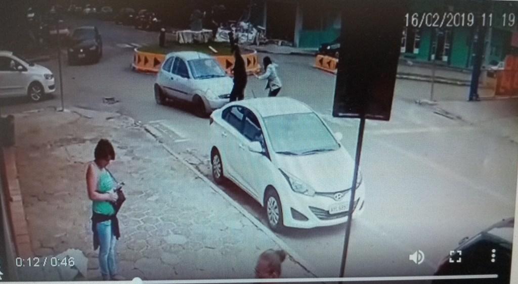Pinhão:  Confira as imagens do atropelamento na rotatória da Francisco Dellê com  XV de Dezembro
