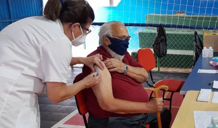 Naér Coelho tomando vacina