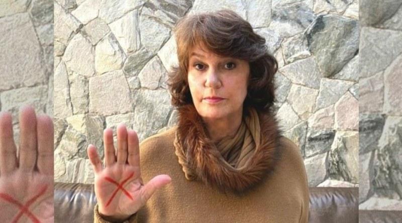 Deputada Cristina mostra o sinal vermelho