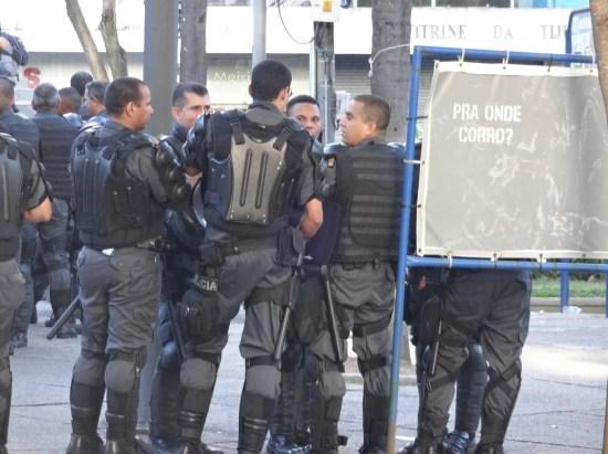 Momento em que policiais conversam na Praça Saens Pena ao lado escrito por onde corro?