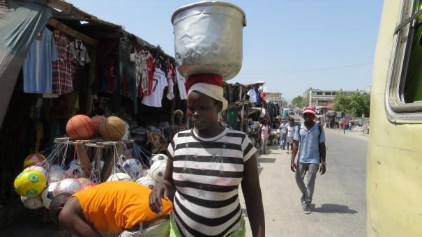 O trabalho feminino é uma forte marca no cotidiano haitiano. Porto Príncipe, Haiti. Foto: Miriane Peregrino