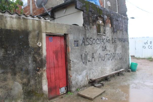 """Fachada da casa da moradora Sandra Regina: """"Associação de Moradores da Vila Autódromo"""". Todas as casas se chamam """"associação"""". l Foto: Miriane Peregrino"""