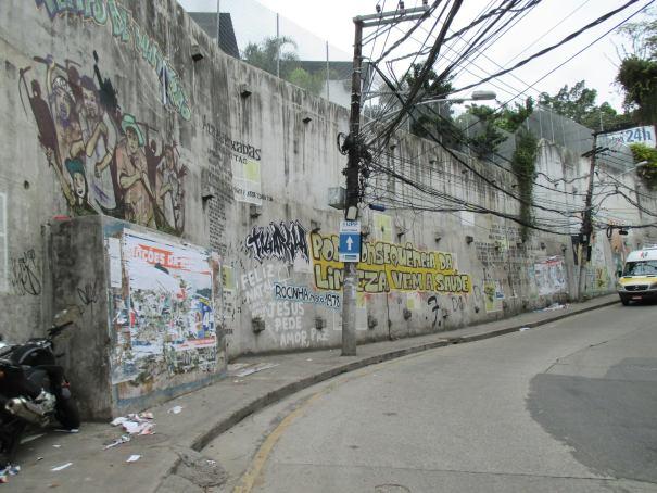 FOTO 4: Muro Marcando Memória e História da Rocinha foi realizado em 2010 e traz o histórico do projeto do museu e uma explicação sobre a escolha do símbolo Sankofa. Os grafites que falam do museu ficam na Estrada da Gávea e estão visíveis a todos os moradores e visitantes da Rocinha. l Foto: Miriane Peregrino