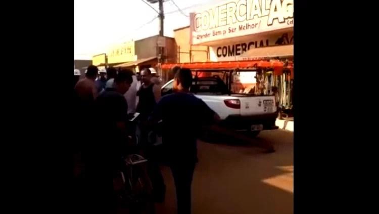 """Carro da Energisa é """"preso"""" por comunidade após quase 24h sem energia"""