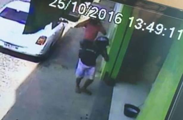 As câmeras flagraram o momento que o assaltante entra na Loja