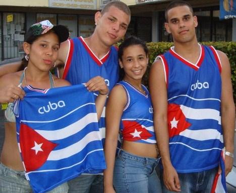 Cubanitos de Miami con Bandera, foto de Josan Caballero, en el Carnaval de la Calle 8.