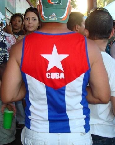 La bandera cubana entre la gente, foto Josan Caballero.