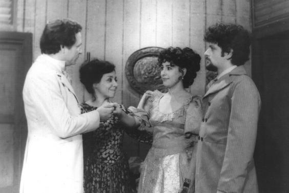La actriz María Eugenia García, en una escena de la novela Vía Crucis, que dirigió Carlos Padrón, en Santiago de Cuba.