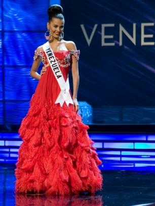 El traje rojo controversial de la Miss Venezuela, ahora ya Miss Universo, la bella Stefanía Fernández.