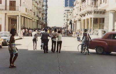 La gente en la calle, protestando, mientras protagonizan EL MALECONANO. Fotos incluidas en el Blog Desarraigos Provocados.