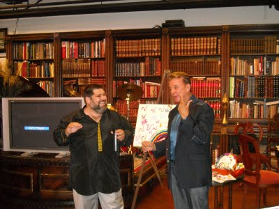 El doctor Armando D'Aluart recibiendo el Premio EGOIMAGEN de Excelencia, de manos de Josán Caballero.