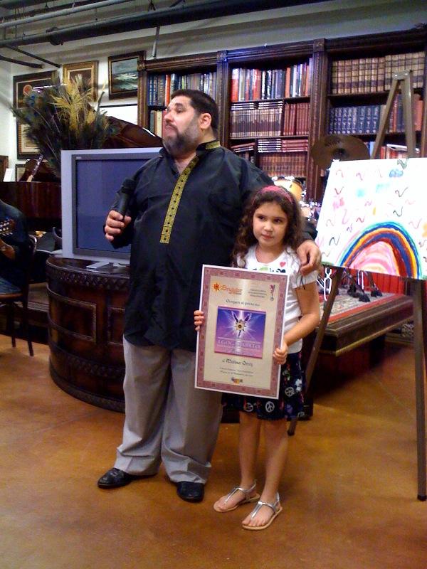 La niña Melisa Ortiz, que recibe de manos de Josán Caballero el Premio EGOGARABATO de Excelencia, y el Premio EGOBLOG de Excelencia, para nuestra colega Inés de Cuevas.