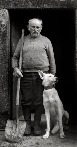 Galicia, Labrador con su perro, Baiñas, 1991