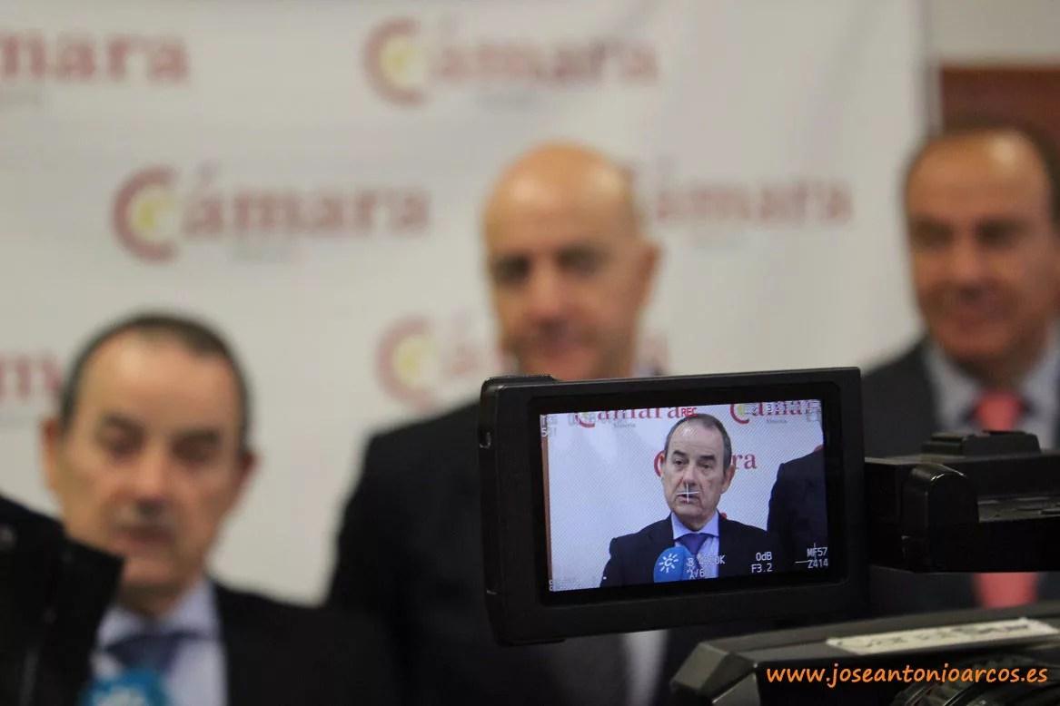 Antonio Alonso, socio fundador de AMB-BNFIX; con el presidente de la Cámara de Comercio almeriense, Diego Martínez Cano; y con el vicepresidente José Manuel Fernández Archilla.