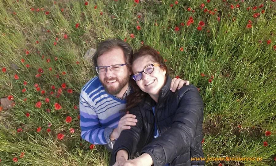 Ana Rubio y José Antonio Arcos rodeados de amapolas en Cabo de Gata, Almería.
