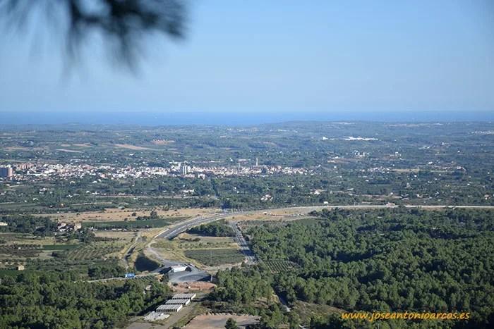 Pueblo de Valls con Tarragona al fondo.