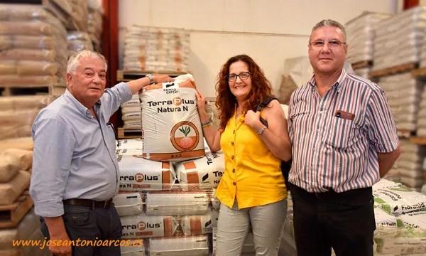Ana Rubio en el almacén de Compo Expert en Canarias. /joseantonioarcos.es