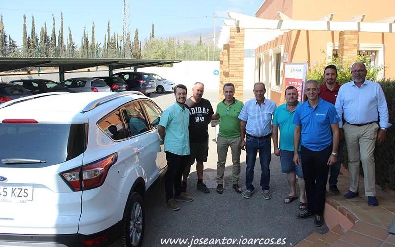 Agricultores de Cabasc recogiendo el coche de los pimientos de Clause. /joseantonioarcos.es