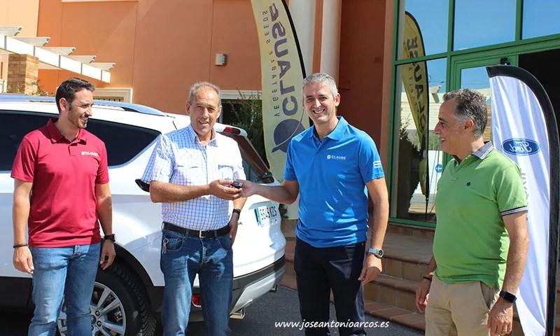 Julio Maldonado recibe las llaves de Pepe Sánchez, de HM Clause, acompañados por Jorge Silva, Cabasc, y David González, HM Clause. /joseantonioarcos.es