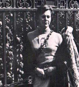Carmen Briceño frente a los Trivunales de Justicia, encadenada en protesta por la dasaparicion de su ijo Jorge D´Orival Briceño