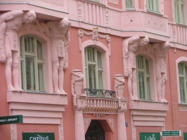 Praga, detalle figuras Elišky Krásnohorské ulice