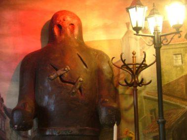 Praga, reproducción del Golem en el restaurante U Golema