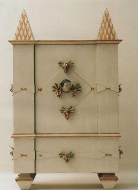 Mueble con motivos ornamentales diseñado por Dagobert Peche