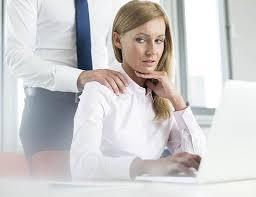 foto de una mujer sufriendo acoso en su trabajo por un hombre que le pone la mano en el hombro.