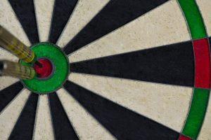Un blanco de dardos, en el que dos dardos están en el centro.